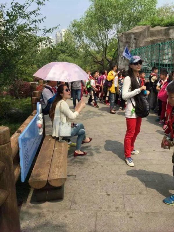 Nữ giáo viên bắt học sinh cầm ô che nắng gây phẫn nộ 3