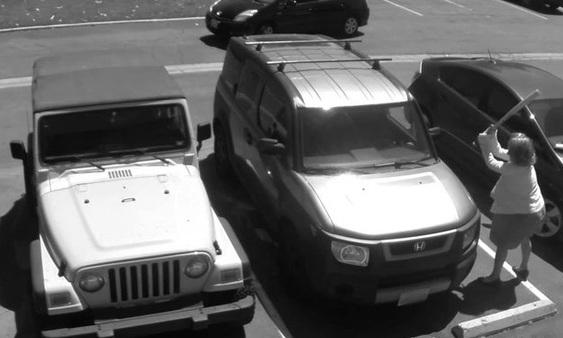 Bị chiếm chỗ đỗ xe, cụ bà đập vỡ kính xe thanh niên 1