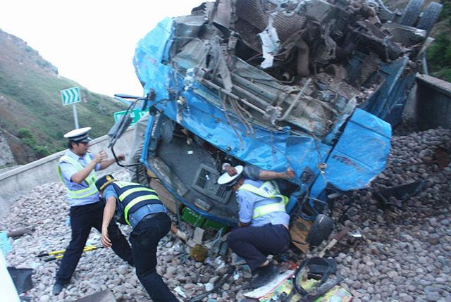 Cảnh sát giao thông dùng thân đỡ người bị tai nạn suốt 3 tiếng 2