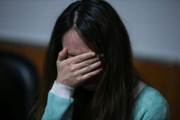 Cô giáo trẻ bắt học sinh che ô khóc nức nở, xin lỗi 1