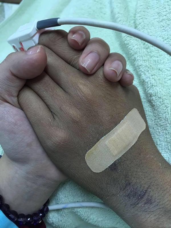 Xúc động hình ảnh Duy Nhân nắm chặt tay vợ từ biệt 1
