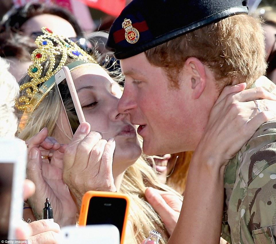 Video: Hoàng tử Anh đỏ mặt vì bị khóa môi giữa nhà hát Sydney 1