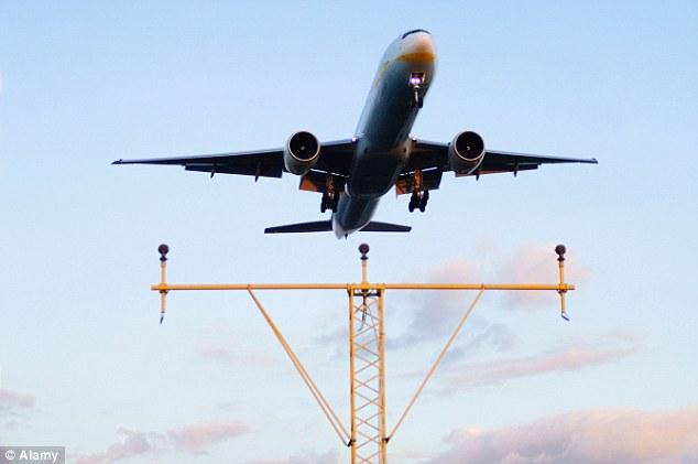 Cơ trưởng bất lực, hành khách đưa máy bay chở 200 người hạ cánh an toàn 1
