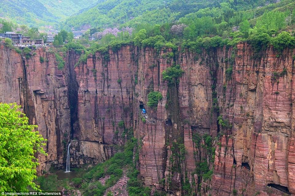 """""""Con đường tử thần"""" lên """"ngôi làng nguy hiểm nhất"""" trên đỉnh núi TQ 4"""