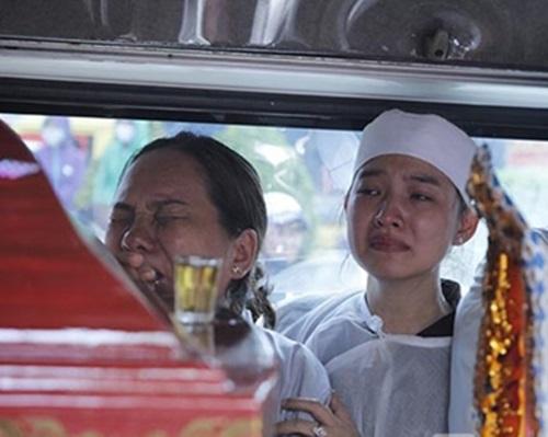 Cập nhật: Chị gái và mẹ Duy Nhân ngất xỉu trước giờ hỏa táng 3