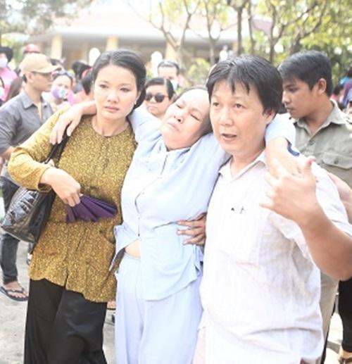 Cập nhật: Chị gái và mẹ Duy Nhân ngất xỉu trước giờ hỏa táng 2