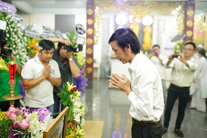 Hoài Linh bất lực trước đám đông hiếu kì trong tang lễ Duy Nhân 2
