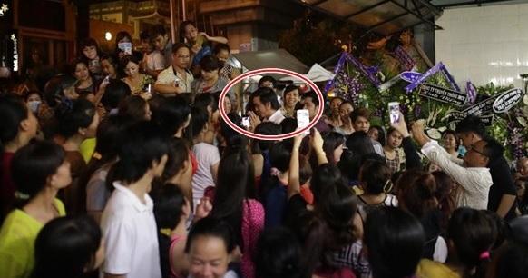 Hoài Linh bất lực trước đám đông hiếu kì trong tang lễ Duy Nhân 1