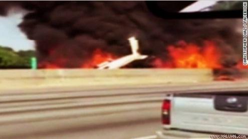 Máy bay Mỹ lao xuống đường cao tốc, 4 người thiệt mạng 1