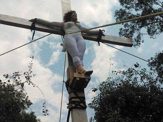 Nữ chính trị gia treo mình trên cây thánh giá vì bị cấm ứng cử 2