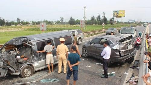 Hai ô tô đâm nhau trực diện, 6 người thương vong 1