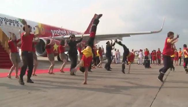 Clip: Dàn phi công, tiếp viên Vietjet nhảy flashmob sôi động 1