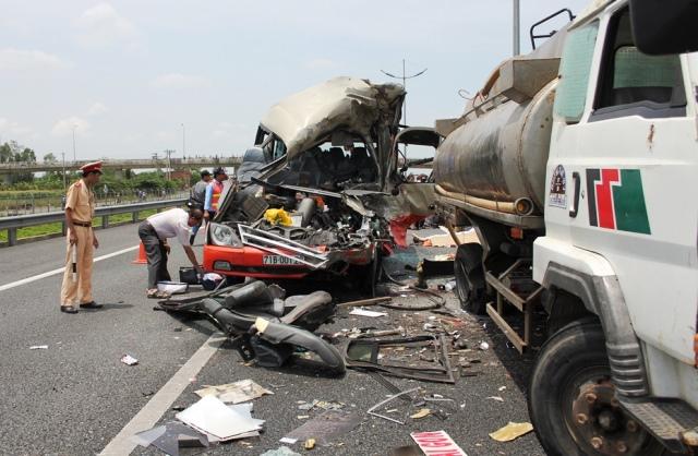 Tai nạn giao thông nghiêm trọng, thi thể tài xế kẹt trong cabin 1