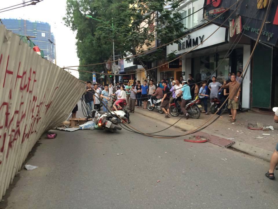 Hà Nội: Cần cẩu sập vào nhà dân, cả trăm người bỏ chạy tán loạn 1