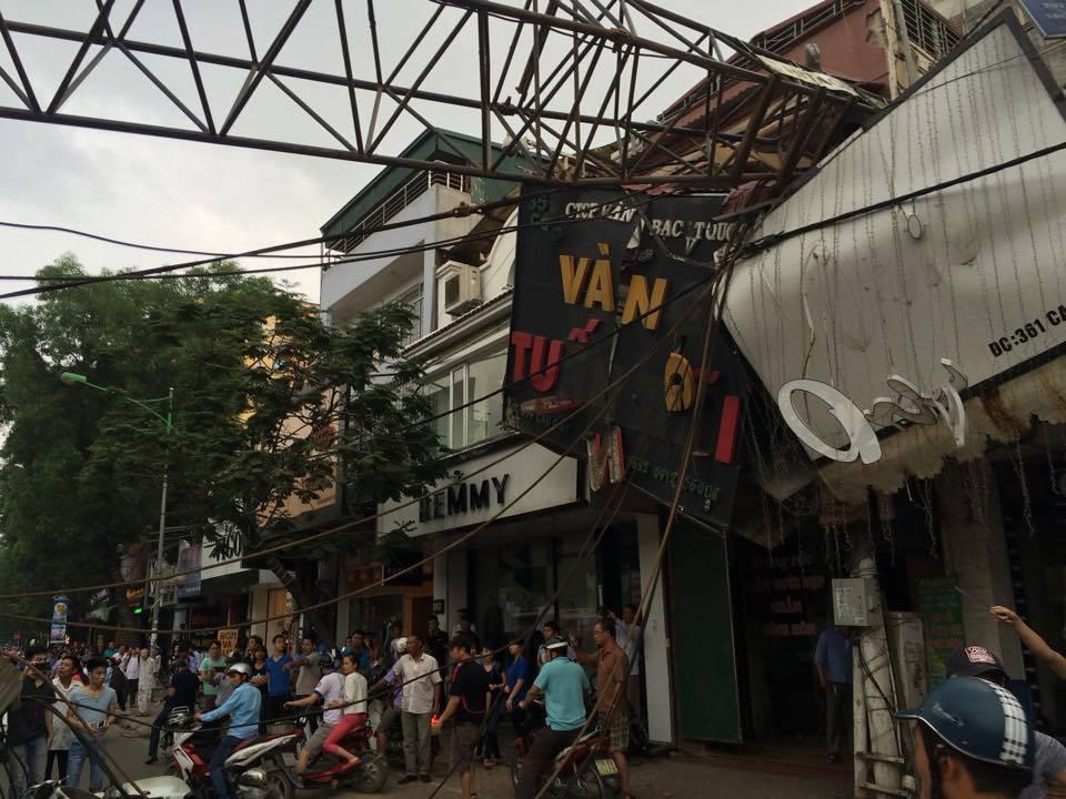 Hà Nội: Cần cẩu sập vào nhà dân, cả trăm người bỏ chạy tán loạn 2