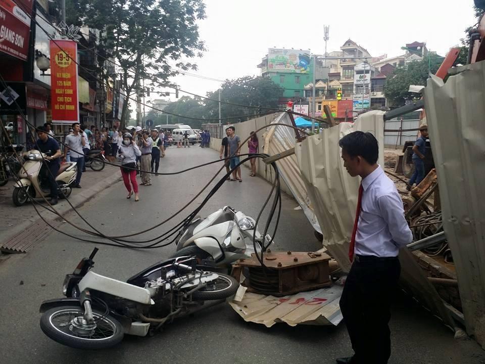 Hà Nội: Cần cẩu sập vào nhà dân, cả trăm người bỏ chạy tán loạn 4