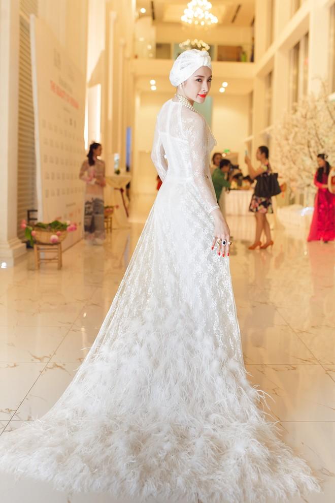 Angela Phương Trinh nổi bật bên dàn mỹ nhân với trang phục độc đáo 1