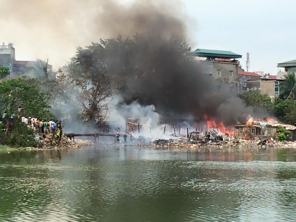 Cháy lớn tại khu nhà tạm ven hồ Linh Quang 2
