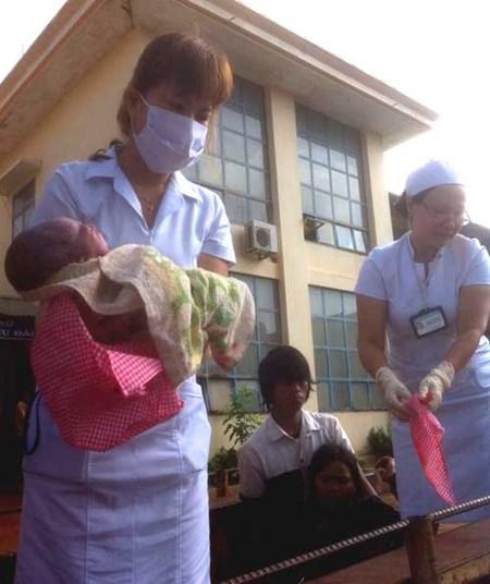 Gia Lai: Sản phụ sinh con trên xe công nông 1