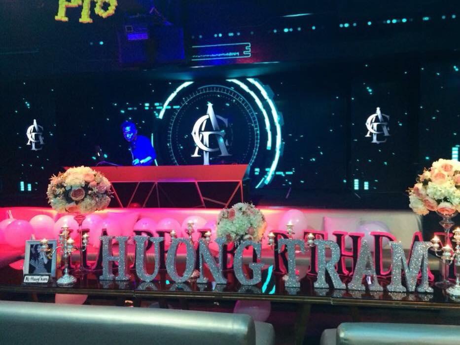 Hương Tràm bao trọn quán bar để tổ chức sinh nhật tuổi 20 3