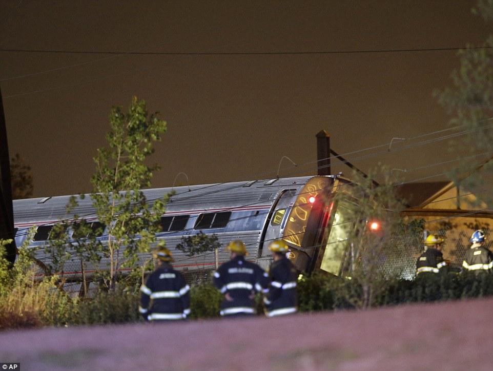 Tàu Amtrak trật bánh ở Mỹ, ít nhất 5 người chết 4