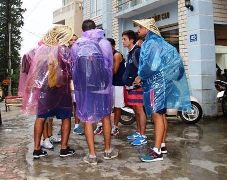 Sapa: Khách nước ngoài đội mưa vì bị đuổi khỏi khách sạn 1