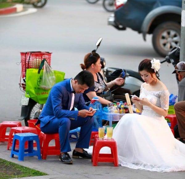 Hình ảnh Sự thật đằng sau bức ảnh cô dâu, chú rể thời smart phone số 3