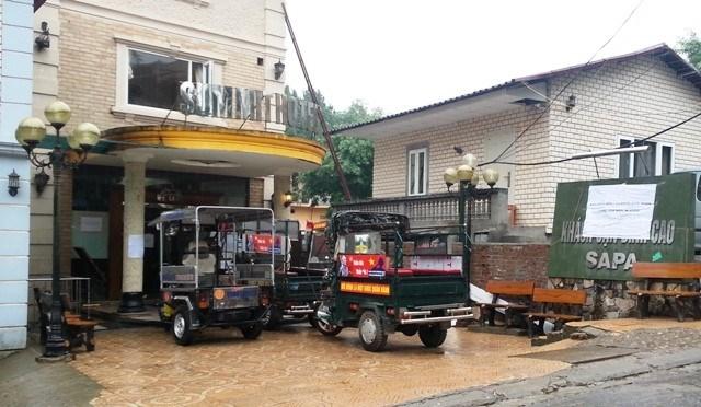 Sapa: Khách nước ngoài đội mưa vì bị đuổi khỏi khách sạn 2