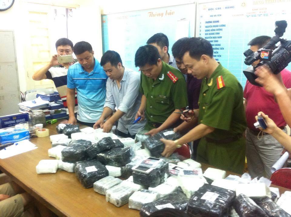 Thu giữ hai xe tải buôn lậu smartphone tại Quảng Ninh 1
