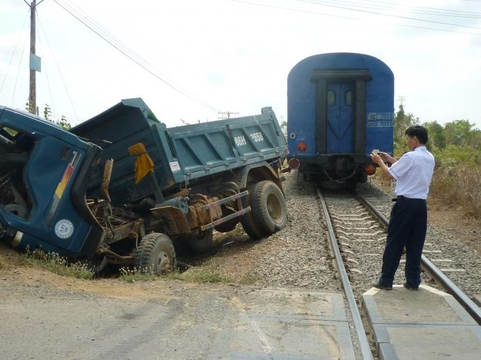Húc thẳng vào tàu hỏa, tài xế xe tải tử vong 1