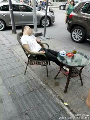 Đang uống trà, người đàn ông bất ngờ bị bắn vào đầu 1