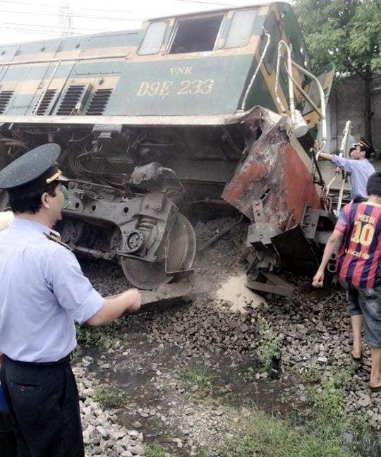 Xe tải đâm tàu hỏa trật khỏi đường ray, hàng trăm hành khách hoảng loạn 1