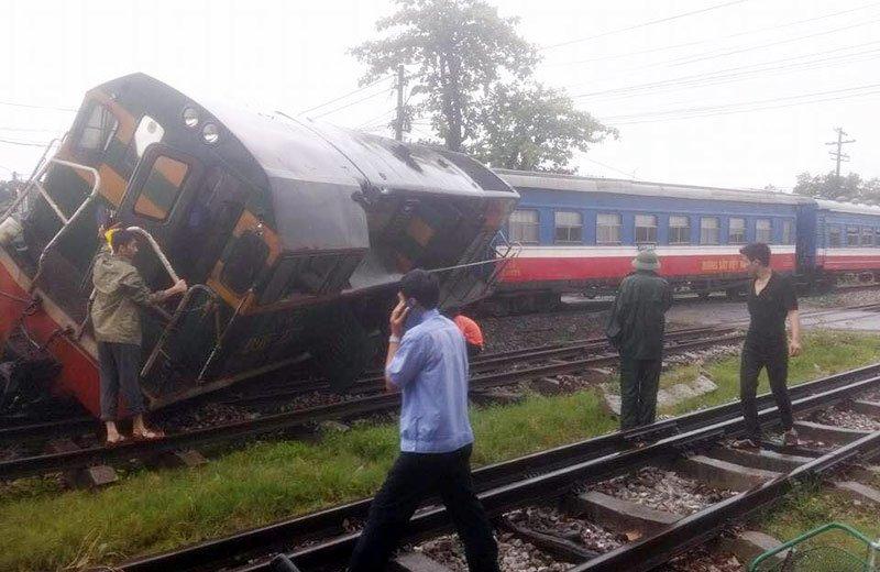 Xe tải đâm tàu hỏa trật khỏi đường ray, hàng trăm hành khách hoảng loạn 2