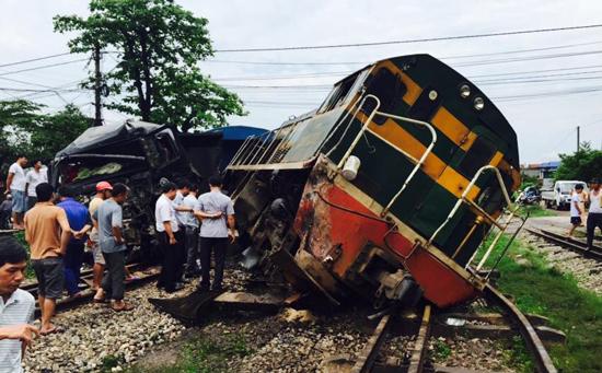 Xe tải đâm tàu hỏa trật khỏi đường ray, hàng trăm hành khách hoảng loạn 3