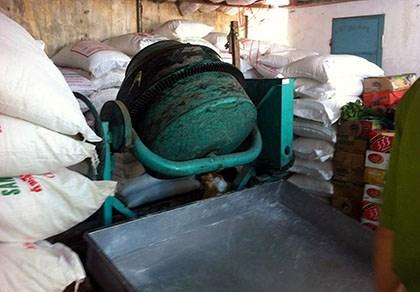 Phát hiện cơ sở chế biến đường cát từ hóa chất tẩy rửa 1