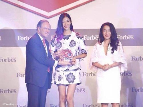 Hình ảnh Hoàng Thùy hạnh phúc nhận cúp Forbes Under 30 Summit số 4