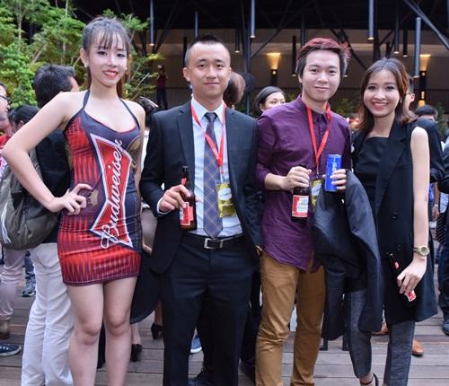 Hoàng Thùy hạnh phúc nhận cúp Forbes Under 30 Summit 9