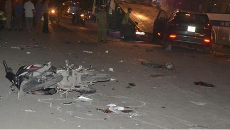 Xế sang đâm liên hoàn cuốn 2 xe máy vào gầm, 2 người tử vong 1