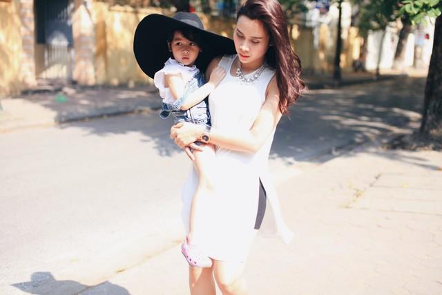 Thời trang dạo phố cực xinh của Lưu Hương Giang và con gái 5
