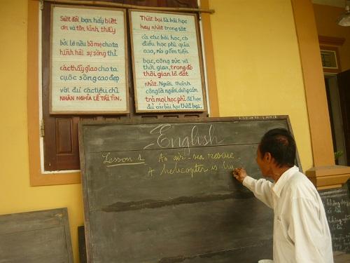 Ông giáo già 16 năm dạy tiếng Anh miễn phí cho trẻ em nghèo 1