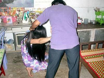 Chồng lột trần vợ đánh đập vì nghi ngoại tình 1