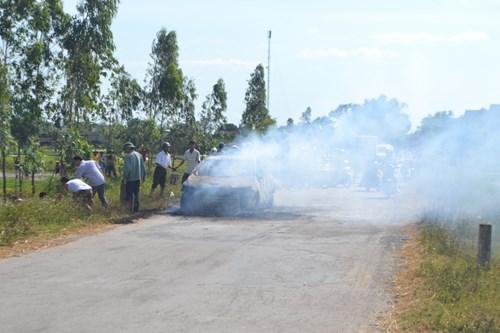 Xe con 4 chỗ cháy rụi khi đang chạy trên đường 1
