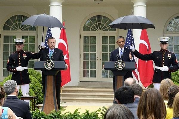 Video: Tổng thống Obama che mưa cho hai nữ chính trị gia 1