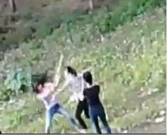 Nữ sinh dùng thước đánh bạn giữa sân trường 1
