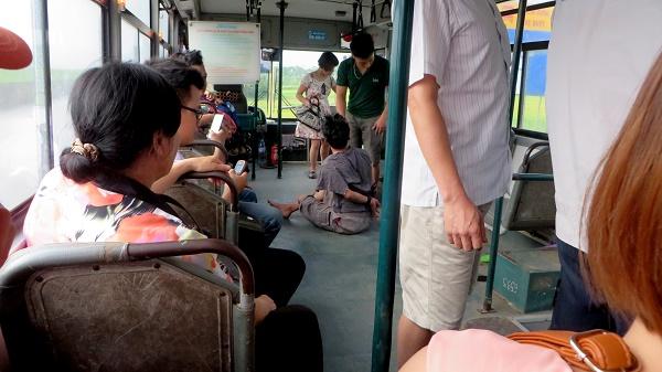 Lái xe và hành khách xô xát, xe bus suýt lao khỏi đường cao tốc 4