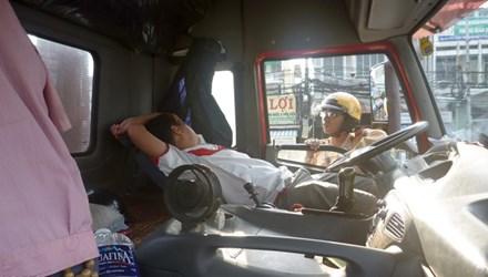 Xử phạt gần 8 triệu đồng đối với tài xế đỗ container giữa đường, ngả ghế nằm ngủ 1