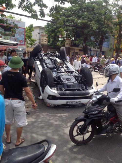 Nghệ An: Ô tô tông gãy cột điện, lật ngửa trên đường 1