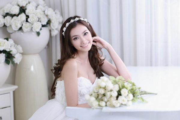 Bí quyết trang điểm cô dâu tự nhiên rặng ngời bên chú rể 3