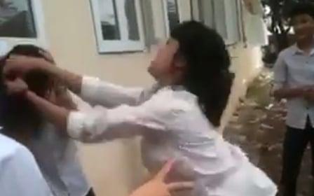 Xuất hiện clip nữ sinh Hà Nội túm tóc, đánh bạn gây phẫn nộ 1
