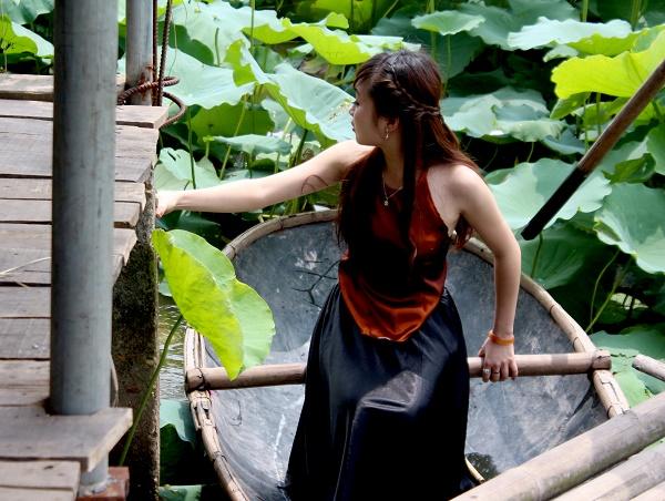 Thiếu nữ duyên dáng bên sen đầu mùa 2